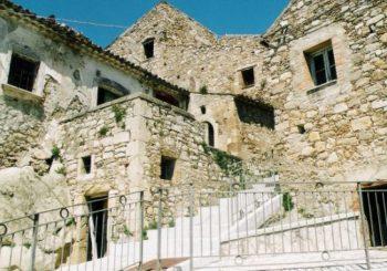eb3e59f918 Sulla stessa linea di altri piccoli borghi in Italia dalla Sicilia alla  Toscana passando per Sardegna e Abruzzo anche Zungoli mette in vendita le  abitazioni ...