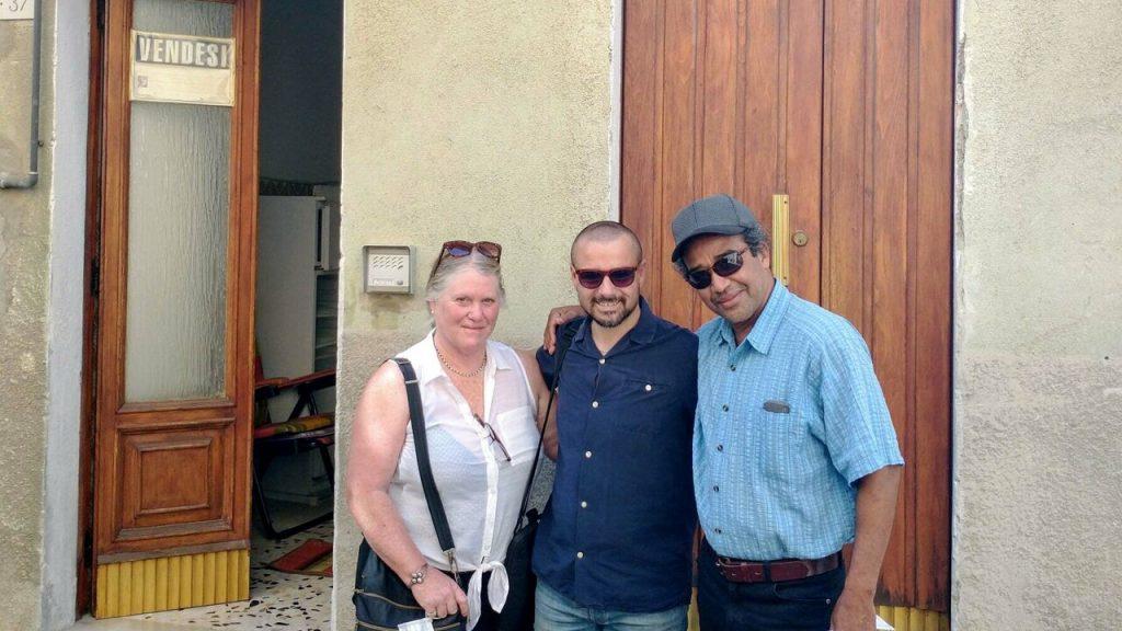 Il sindaco di Biccari (centro) con acquirenti interessati a destra e sinistra.